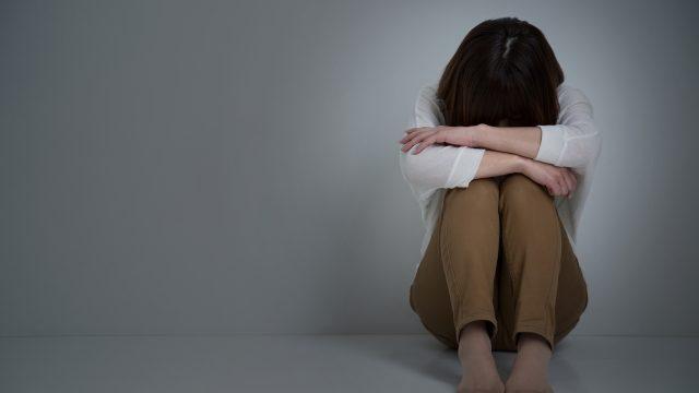 悲しくて落ち込む女性